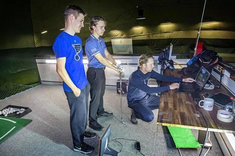 Saku Halonen (vas) ja Veikka Viskari käyvät läpi lyönneistä kerättyjä tietoja yhdessä valmentaja Niklas Dahlgrenin kanssa.
