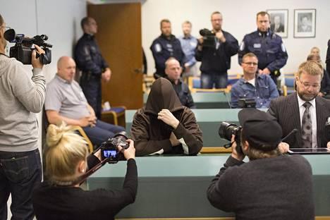Imatran kolmoismurhasta syytetty mies peitti kasvonsa käräjillä tiistaina.