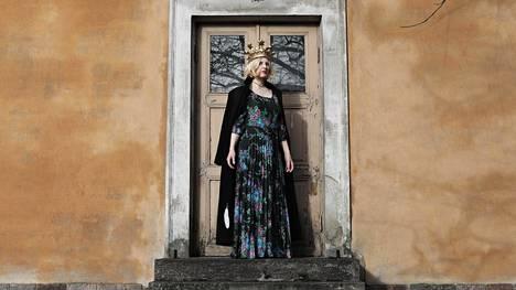 Anu Kaaja löysi materiaalia toiseen romaaniinsa jo 2009, kun hän asui ja opiskeli puoli vuotta Iso-Britanniassa. Katie-Kate rinnastaa surutta monarkian ja tositv:n julkkiskulttuuria, satuprinsessoja ja pornoteollisuutta.