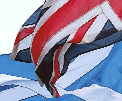 Britannian Union Jack (yllä) liehui sulassa sovussa Skotlannin lipun kanssa Skotlannin parlamentin pihalla 14. maaliskuuta.