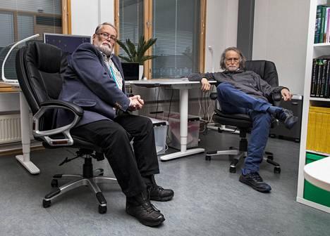 Martti Vaara (vas.) ja Timo Vaara Northern Antibioticsin 20 neliömetrin toimitiloissa Espoon Innopolissa.