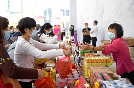 Monet kiinalaiset maksavat ostoksiaan jo etupäässä matkapuhelimillaan. Guangzhoussa myyjä antoi marraskuussa asiakkaalle kuitin.