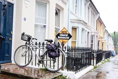 Polkupyörällä Eurooppaan? EU-myönteiset liberaalidemokraatit yrittävät haastaa konservatiivipuolueen eteläenglantilaisessa Lewesin vaalipiirissä, joka äänesti viime kesäkuussa EU-jäsenyyden jatkon puolesta. Britannian parlamenttivaalit järjestetään kesäkuun 8. päivä.