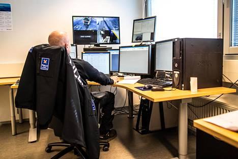 Rekkojen läpivalaisulaitteistoa ohjataan työpisteeltä.