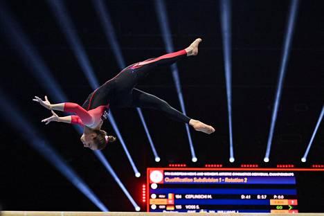 Saksalainen Sarah Voss yllätti voimisteluväen asuvalinnallaan Baselin EM-kisoissa.