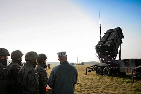 Puolalaiset ja yhdysvaltalaiset sotilaat seurasivat Patriot-ohjuspuolustusjärjestelmän toimintaa Sochaczewissa pidetyssä yhteisessä sotaharjoituksessa keväällä 2015.