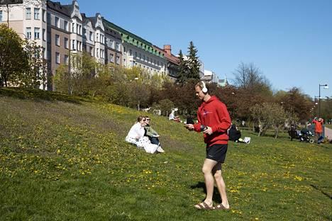 Ihmisiä nurmikolla Eirassa.