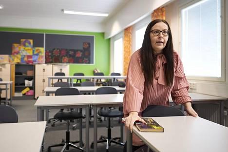 Jaana Linkola järjesteli pulpetteja keskiviikkona Jupperin koululla.