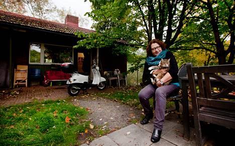 Riitta Kalliorinne muuttaa Linnanmäen omakotitalosta joulukuussa. Häntä huolettaa, miten pihaelämään tottunut Pieni-kissa sopeutuu kerrostaloasumiseen.