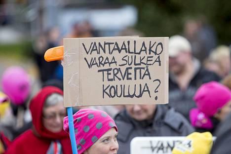 Vantaalaiset osoittivat lokakuussa 2013 mieltään Tuomelan ja Hevoshaan koulujen lakkauttamista vastaan. Esimerkiksi Tuomelan koulun sisäilma on todettu olevan kunnossa.