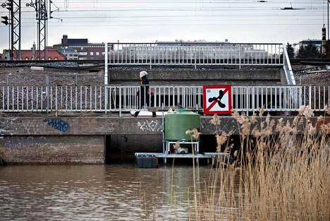 Nykyinen Eläintarhanlahden puoleinen kevyen liikenteen silta puretaan ja tilalle rakennetaan uusi korkeampi kevyen liikenteen silta, jonka alle tulvaportti ja pumppaamo sijoittuvat.