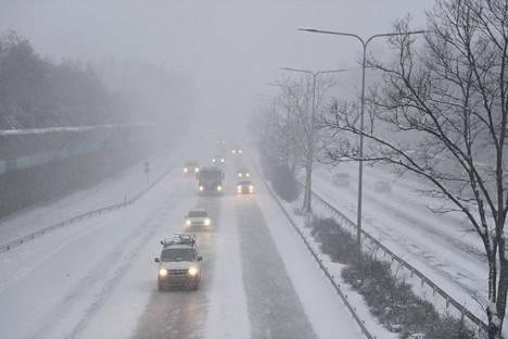 Liikennettä Kehä 1:llä lumisateisessa ja tuulisessa Helsingissä 12. tammikuuta 2021.