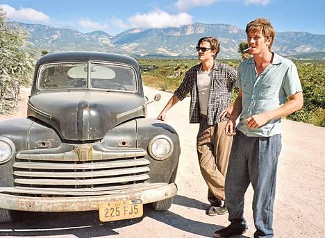 Sam Riley (vas.) esittää Sal Paradisea eli Jack Kerouacia ja Garrett Hedlund Dean Moriartya eli Neal Cassadya Matkalla-elokuvassa.