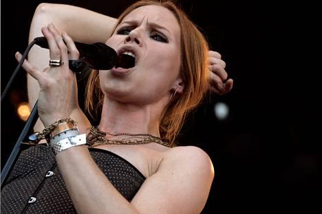 The Cardigansin laulaja Nina Persson Ruisrockissa kesällä 2006.