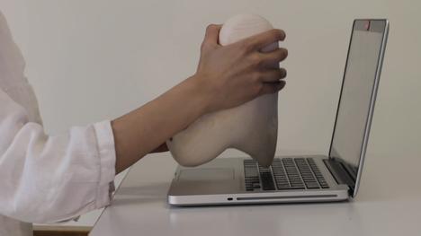 Generation 2020-näyttelyssä nähdään Liisa-Irmelen Liwatan Writing tool -niminen videoteos, jolla näkyy, kuinka hän työstää veistos-työkalua. Itse veistos on myös esillä näyttelytilassa.