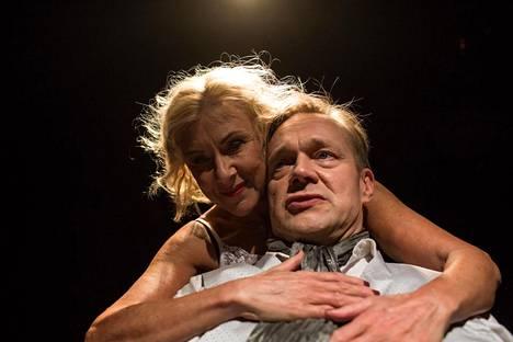 Teatteri Vantaa esittää nyt Mira Kivilän ohjaamaa Franca Ramen ja Dario Fon Avoin liitto -näytelmää: Parisuhdedraaman rooleissa nähdään Anne Nielsen ja Puntti Valtonen.