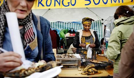 Louise Sigu myi kongolaista ruokaa Maailma kylässä -festivaalilla vuonna 2011.