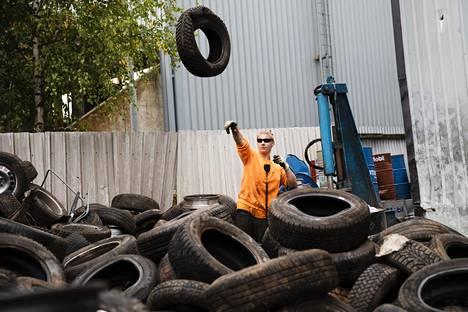 Suurin osa romupihan töistä tehdään käsin. Niko Andersson irrottaa renkaita vanteista.