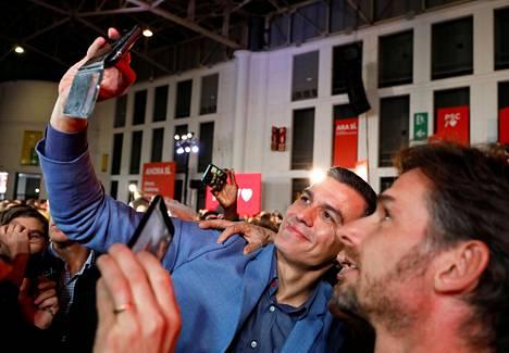 Espanjan toimitusministeristön pääministeri ja PSOE-puolueen johtaja Pedro Sánchez otti selfien kannattajansa kanssa vaalitilaisuudessa Barcelonassa 8. marraskuuta.