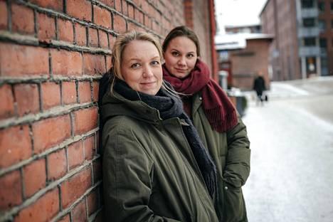 Yhteisöllisyys on tärkeä osa neulomista. Kun Jonna Hietala (edessä) piti lankakauppaa, siellä kokoonnuttiin asiakasiltoihin neulomaan.