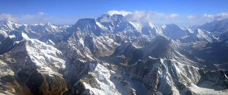 Mount Everest sijaitsee Himalajan vuoristossa Nepalin ja Kiinan rajalla. Se kuvattiin 3. huhtikuuta 2013, vuoren ensimmäisen miehitetyn ylilennon 80-vuotispäivänä.