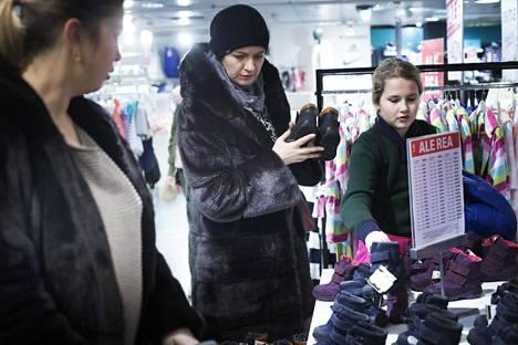 Natalia (kesk.) ja Anastasia Smirnova katselivat perjantaina Stockmannilla lastenvaatteita.
