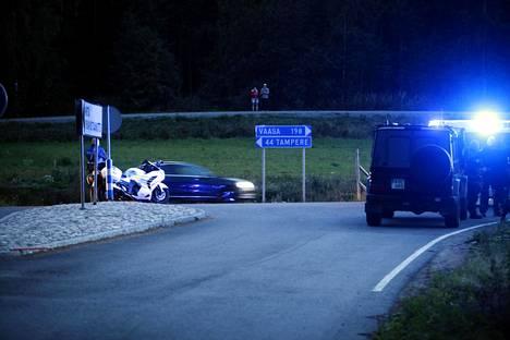 Poliiseja E12-tiellä Hämeenkyrön ja Ikaalisten välillä sunnuntai-iltana. Epäillyt saatiin kiinni takaa-ajon päätteeksi samana iltana.