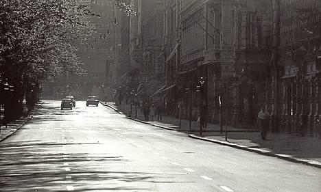 Vanha kuva kertoo, että 1970-luvulla Pohjoisesplanadi oli vasta päällystetty uudella asfaltilla ja katua levennettiin autoja varten.