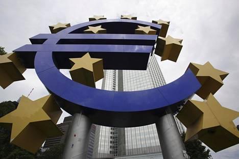 Euro-kyltti Euroopan keskuspankin pääkonttorin edustalla Frakfurtissa.