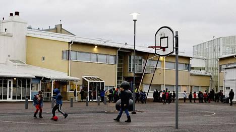 Uudessa aluejaossa ei enää yhtä helposti syntyisi sellaisia kiistoja kuin muutama vuosi sitten, kun Meilahden ja Pikku Huopalahden alakoulut haluttiin yhdistää. Kuvassa Pikku Huopalahden ala-asteen koulu.