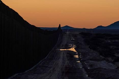 Yhdysvaltain rajavartioston auto partioi uudella rajamuuriosuudella Dona Anan piirikunnassa New Mexicon osavaltiossa helmikuussa.