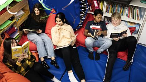 Kontulan superlukijoilla on luokassaan tämä pieni nurkkaus, joka on pyhitetty lukemiselle. Emilia Antell, Erjona Maksuti, Avin Zaid Fawzi, Samir Alam ja Jasper Lehikoinen näyttävät mallia.