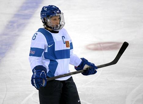 Jenni Hiirikoski kipparoi naisten jääkiekkomaajoukkuetta.