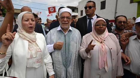 Maltillisen islamistipuolueen Ennahdan presidenttiehdokas Abdelfattah Mourou (kesk.) tapasi kannattajiaan Tunisissa maanantaina.