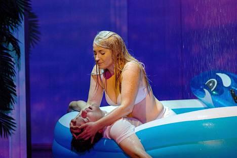 K (Pyry Nikkilä) ja Stella (Annika Poijärvi) eivät koskaan pääse yli ensikohtaamisestaan.