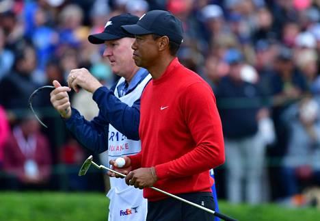 Caddie Joe LaCava (vas) kertoi Tiger Woodsille Kobe Bryantin kuolemasta vasta kilpailun jälkeen.