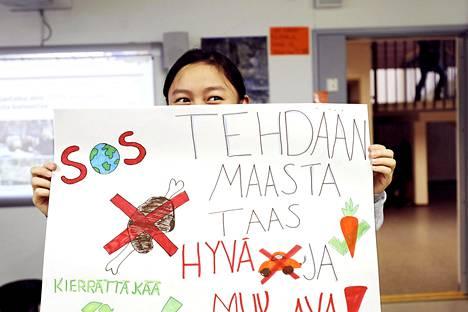 Ah Khu Pok päätti ystäviensä kanssa osallistua perjantain mielenosoitukseen kuultuaan aamunavauksen. He tekivät yhdessä julisteen sitä varten.