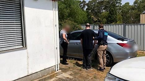 Poliisin välittämä kuva epäillyn 30-vuotiaan miehen pidätyksestä.