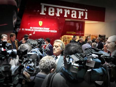 Kuvaajat piirittivät Luca di Montezemoloa vuosi sitten Geneven autonäyttelyssä.
