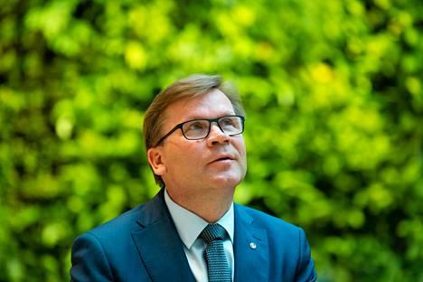 """""""Urani on polveillut monin sattumin, mutta kaikista työtehtävistäni olen nauttinut"""", Mikko Helander sanoo – ja Keskon pääjohtajana hän nauttii keskimäärin kahdentoista tunnin työpäiviä."""