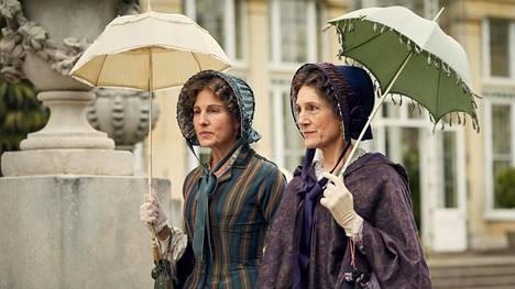 Anne Trenchard (Tamsin Greig)ja lady Brockenhurst (Harriet Walter) kävelyllä Belgraviassa.