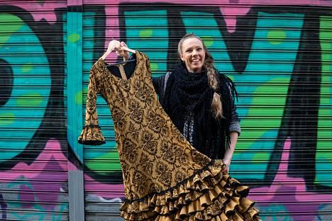 Suomalainen Maija Lepistö pitää avopuolisonsa kanssa flamencovaatteiden kauppaa Sevillassa.