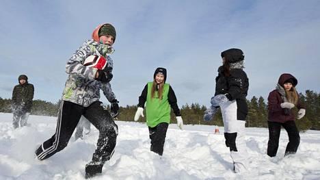 Nikolas Romppainen vei palloa kahdeksasluokkalaisten poikien ja tyttöjen yhteisellä liikuntatunnilla Ritaharjun koulussa Oulussa. Hankipalloa pelasivat myös Emma Kittilä (keskellä), Sofia Korhonen ja Ida Lauri.