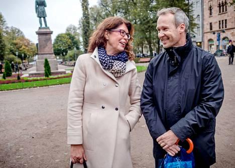 """Anita Martikainen, 58, ja Hannu Turku, 45, ovat hyviä työkavereita mutta erilaisia sijoittajia. """"Eläkeikää lähestyvän kannattaa kerätä pesämunaa hoivatilanteen takia"""", sanoo Martikainen. """"Kaikki menee itselle ja lapsille. Omaisuus on asunnossa ja autossa"""", sanoo Turku."""