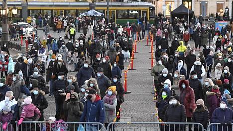 Joulukausi avattiin sunnuntaina Helsingin Senaatintorilla. Tällä viikolla kaupunki kertoo tarkempia yksityiskohtia koronaviruksen torjumiseksi tehtävistä rajoituksista.