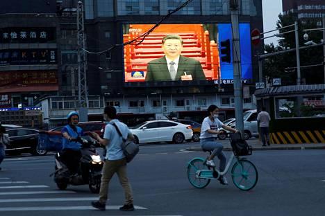 Pekingissä kansankongressin avajaisia näytettiin suurelta valotaululta.