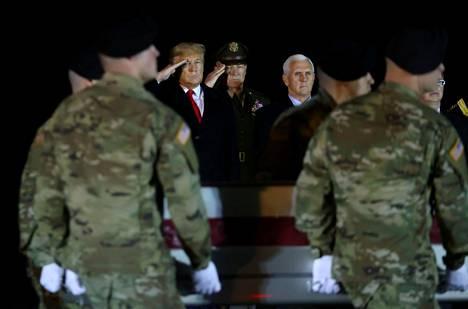 Presidentti Donald Trump teki kunniaa Afganistanissa surmatulle yhdysvaltalaiselle sotilaalle helmikuussa Delawaressa.