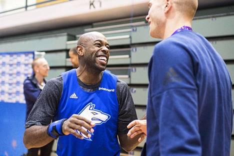 Jamar Wilsonilla riitti hauskaa, kun hän tapasi entisen joukkuetoverinsa Edo Muricin Pasilan harjoitushallissa.