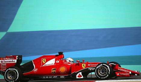 Ferrari-kuski Sebastian Vettel ohjasti menopeliään kolmannessa harjoituksessa lauantaina.