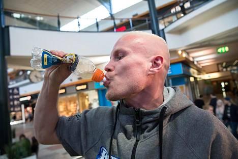 Punnituksen jälkeen on kova jano ja nestettä menee litroja. Jussi Koivula punnittiin Raisiossa suuren nyrkkeilyllan aattona perjantaina.